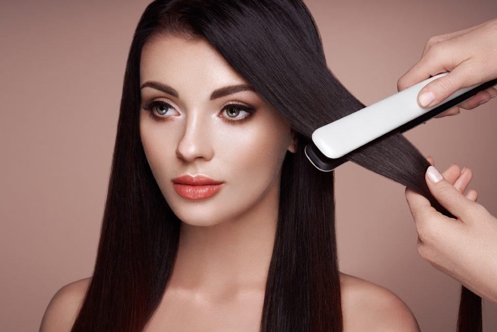 Lissage cheveux avec fer à lisser vapeur